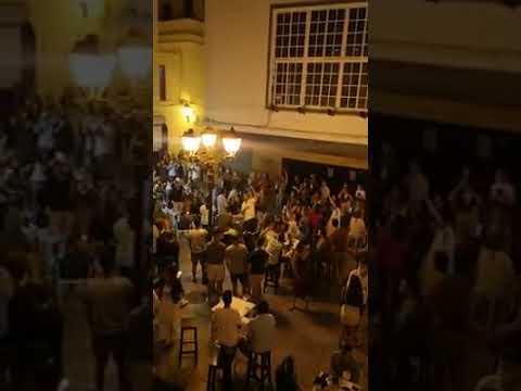 Indignación por la aglomeración de personas en la plaza San Hiscio de Tarifa
