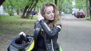 Мотоциклистка катается на Kawasaki Ninja по Москве