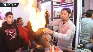 بالفيديو| فلسطيني يستخدم النار في حلاقة الشعر