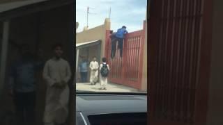 – بالفيديو.. مواطن يوثق هروب 4 طلاب صغار قفزاً عبر بوابة المدرسة