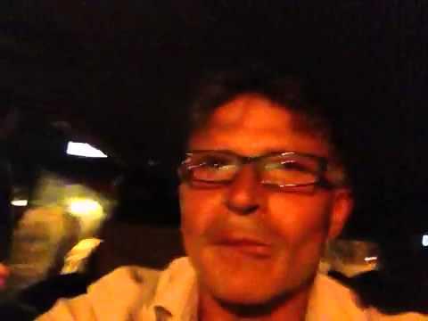 13 persone in auto che cantano a squarciagola
