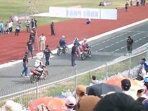 Đua xe  nghẹt thở sân vận động Cần Thơ