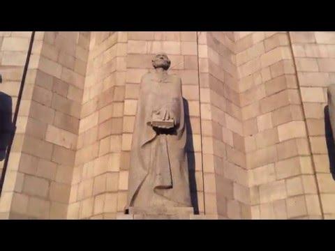 Памятник Мхитара Гоша перед зданием Матенадарана