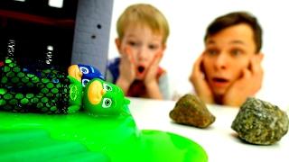 Герои в Масках в Ловушке! Дети и Родители спасают #Гекко #КетБой и Алетт Видео игрушки для мальчиков(Игры #длядетей Дети и Родители спасают #КэтБой и друзей. Герои в Масках на Кетмобиле гонятся за злодеем Роме..., 2017-02-16T08:45:21.000Z)