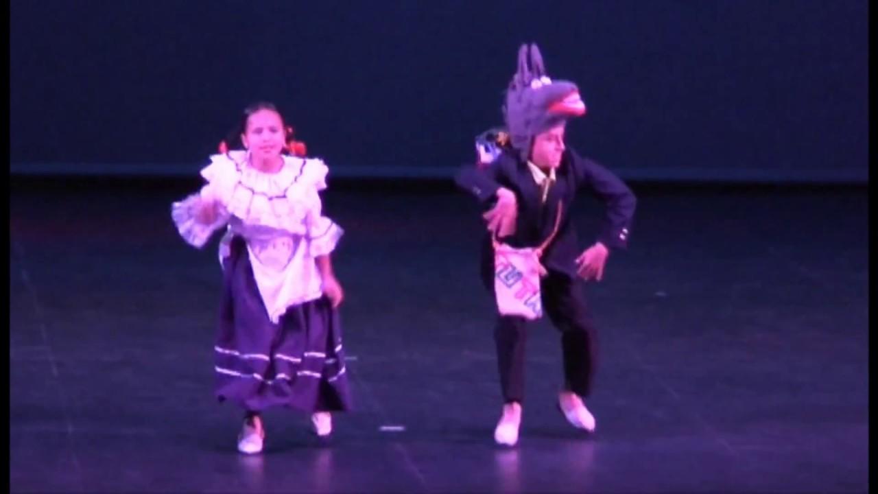 Los Niños de Colombia Bailan en Pareja