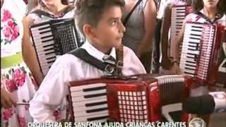 TJ Fernandes é desafiado a tocar sanfona