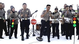 Polisi ganteng ngeband  sambil pesan keselamatan berkendara - Satlantas Polres kajen Pekalongan