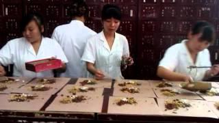 как делают лекарства в китайской аптеке(август 2012 год, город Таянь, Китай. Аптека традиционной китайской медицины. Мы ее называем нетрадиционная..., 2012-08-14T20:05:51.000Z)