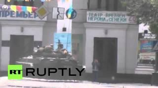 Мариуполь 9 мая 2014 г. Видео, снятое сотрудником RT за несколько минут до ранения(, 2014-05-09T17:39:41.000Z)