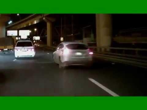 Видео, Голый мужчина тормозил автомобили