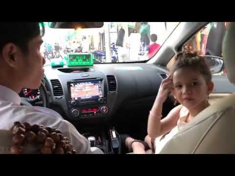 SWAR - BÉ DỂ THƯƠNG DỊCH TIẾNG VIỆT CHO MẸ (Mẹ ở VN 6 Năm Không Biết Tiếng Việt)