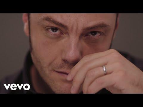 Смотреть клип Tiziano Ferro - Amici Per Errore