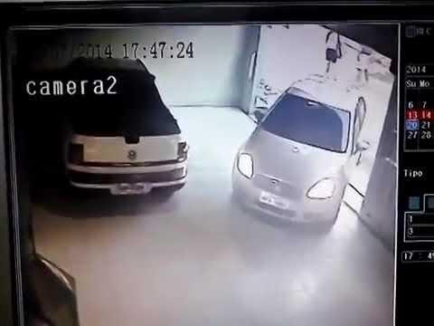 Pai não vê criança embaixo do carro