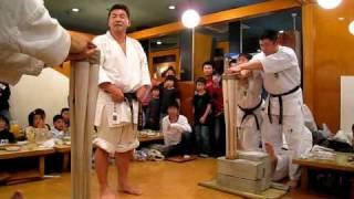 2008年極真会館杉村道場 忘年会にて バット折り左右8本を身内に見せるの...