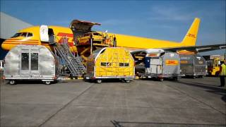 loading of a DHL B757 during the open door at brussels airport