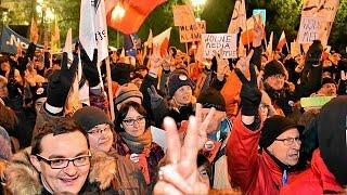 شاهد.. احتجاجات أمام البرلمان البولندى ضد تقييد حرية الإعلام