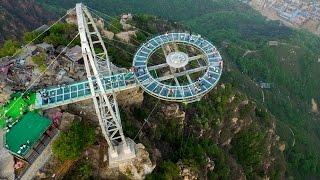Стеклянная смотровая площадка на высоте 400 метров открылась в Китае (новости)(http://ntdtv.ru/ Стеклянная смотровая площадка на высоте 400 метров открылась в Китае. Тем, кто боится высоты, нужно..., 2016-05-30T14:48:10.000Z)