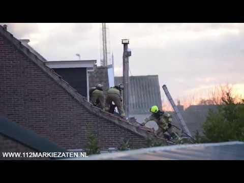 Brandweer rukt groots uit voor dakbrand van woning in Stavenisse