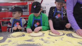 Дети делают пиццу! В пиццерии | Лысый Повар