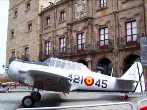 AVIÓN North American T-6 G Texan expuesto en Gijón - Xixón