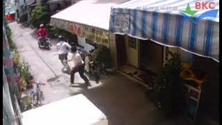 Hai tên trộm xe máy bỏ của chạy lấy người , bác chủ nhà quá hay