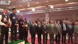 مصر العربية | محافظ البحر الأحمر يسلم كأس العالم في البلياردو للكوري