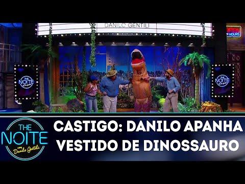 Castigo: Em Jurassic Park, Danilo apanha vestido de dinossauro   The Noite (15/03/18)