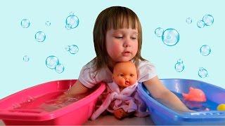Купание пупсика в ванночке с уточкой Baby doll bath time with duck