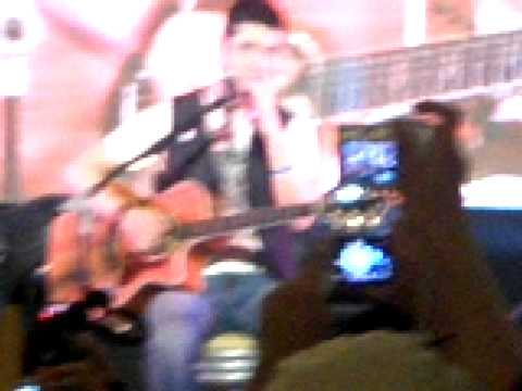 Boyce Avenue live in MANILA(mega atrium)-disturbia =] mp3