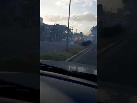 Auto prendido fuego en Constitución