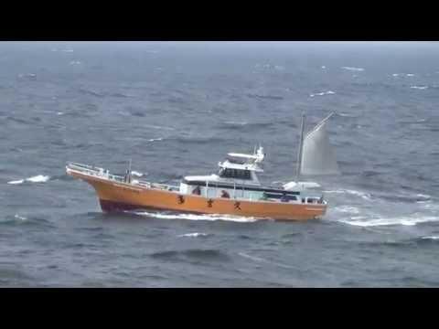荒波に揉まれる釣り船 東京湾