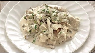 Куриное фрикасе блюдо из французской кухни.Chicken fricassee dish of French cuisine.