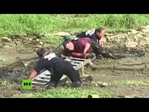 RT en Español: De locos: Rescatan del barro a un 'pirata' con su loro en el hombro