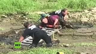 De locos: Rescatan del barro a un pirata con su loro en el hombro