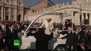 El papa Francisco rompe el protocolo e invita a un viejo amigo a pasear en el