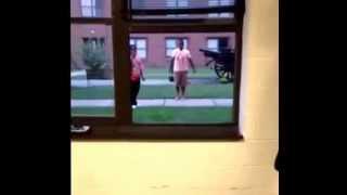 Camdan içeri atlarken Camı kıran adam