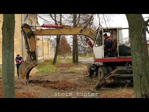 Экскаватор ЭО-3323А в работе  Old Russian Excavator EО-3323А At Work