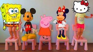 Cinco ratoncitos de MICKEY y MINNIE y PEPPA y bebés saltando en la cama. Rima y canciones infantiles