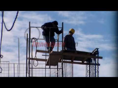 Peligro en el aire: así trabajan los obreros en la construcción de un edificio en el centro