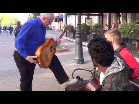 Показал ребятам как надо играть на гитаре...   КЛАССНЫЙ МУЗЫКАНТ!!!
