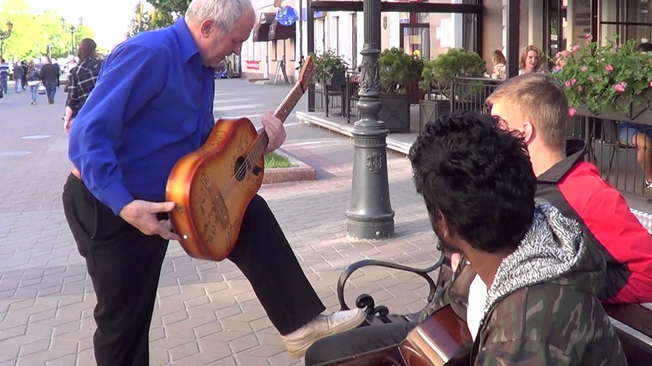 Показал ребятам как надо играть на гитаре...   КЛАССНЫЙ МУЗЫКАНТ!!! #ВалерийМаленок