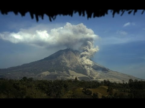 Indonesia : Mount Sinabung Volcano erupts after 400 years spewing Lava and Ash (Feb 04, 2014)