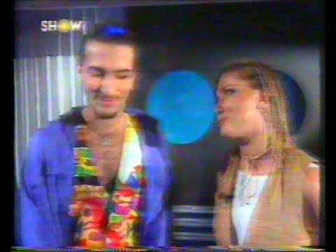 Yonca Evcimik, Tarkan'a hakkında çıkan gay haberlerini kendi show programında soruyor (5 Kasım 1993)