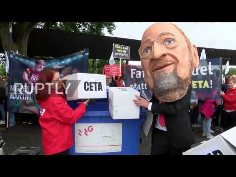 Germany: Hundreds protest SPD health insurance plans outside party congress