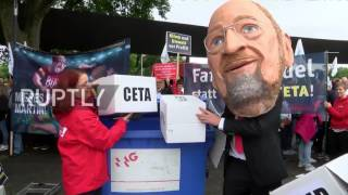 Germany: Hundreds protest SPD health insurance plans outside party congress thumbnail