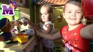 Дети играют на детской кухни ЩЕНЯЧИЙ ПАТРУЛЬ в детском городке кормят щенков детская площадка