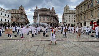 Genova, i medici specializzandi in piazza contro