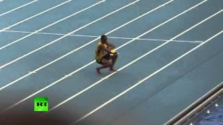 Усейн Болт станцевал вприсядку после победы на Чемпионате мира по легкой атлетике в Москве(Шестикратный олимпийский чемпион и восьмикратный чемпион мира ямаец Усейн Болт после победы в своей корон..., 2013-08-19T10:06:19.000Z)