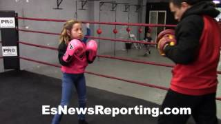 8 years old girl that loves boxing killing the mitts - EsNews Boxing