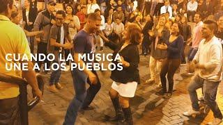Venezolanos y peruanos bailando tambor en Perú